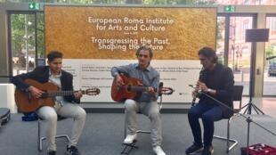 A Berlin, l'institut veut aller au-delà de la lutte contre les discriminations et mettre en valeur l'apport culturel de la minorité rom.