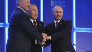 Tổng thống Nga Vladimir Poutine (P), Tổng thống Belarus Alexandre Loukachenko (T) và Tổng thống Kazakhstan, Noursoultan Nazarbaïev, ký hiệp ước tại Astana, thủ đô Kazakhstan, 29/05/2014