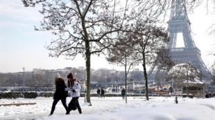 A neve revestiu as ruas de Paris e da Torre Eiffel com um manto branco.