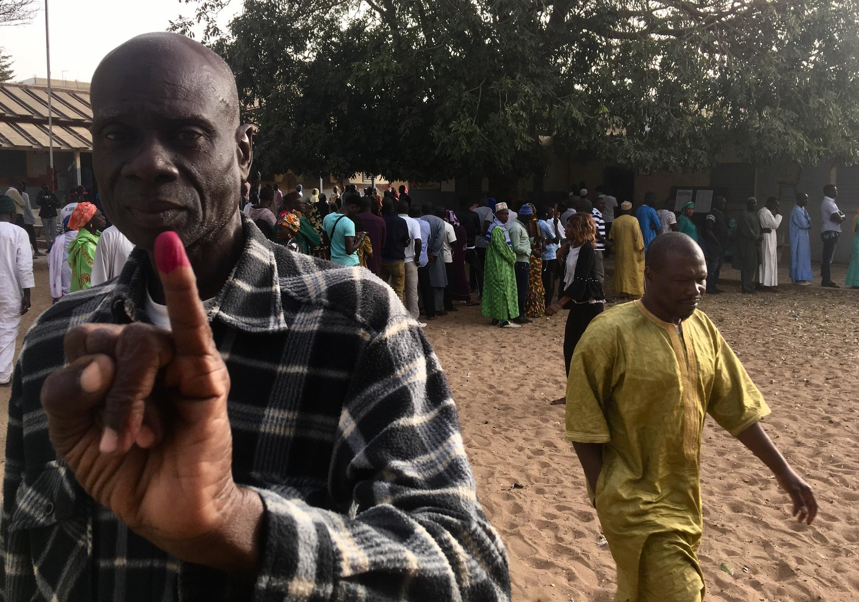 Un électeur sénégalais montre son doigt encré le 24 février 2019 dans une école du quartier Biscuiterie, à Dakar, reconvertie en bureau de vote, pour la présidentielle.