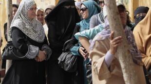 Des Egyptiennes font la queue devant un bureau de vote du Caire, le 23 mai 2012.