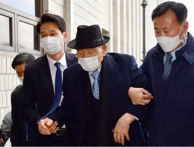 韩国前总统全斗焕(中)资料图片