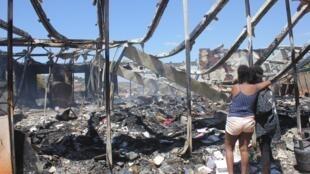 Des étudiantes après l'incendie qui a ravagé leur logement à l'Université d'Ankatso, dans le centre d'Antananarivo à Madagascar.