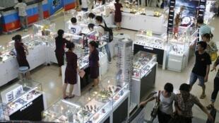 Hàng thời trang sang trọng bày bán tại siêu thị Saigon Coop Hà Nội. Ảnh chụp ngày 05/05/2010.