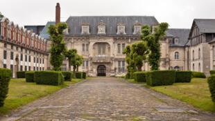 Замок Франциска Первого, где был подписан Ордоннас, согласно которому французский становился официальным государственным языком. Здесь жил отец Мюнье, который учил Дюма фехтованию.