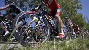 Les coureurs du Tour lors de l'étape Bourg-en-Bresse - Saint-Etienne, le 17 juillet.