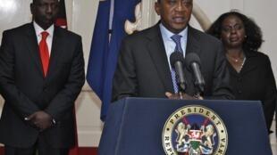 Presidente queniano Uhuru Kenyatta (c) durante anúncio do fim da operação de tomada de shopping em Nairóbi.