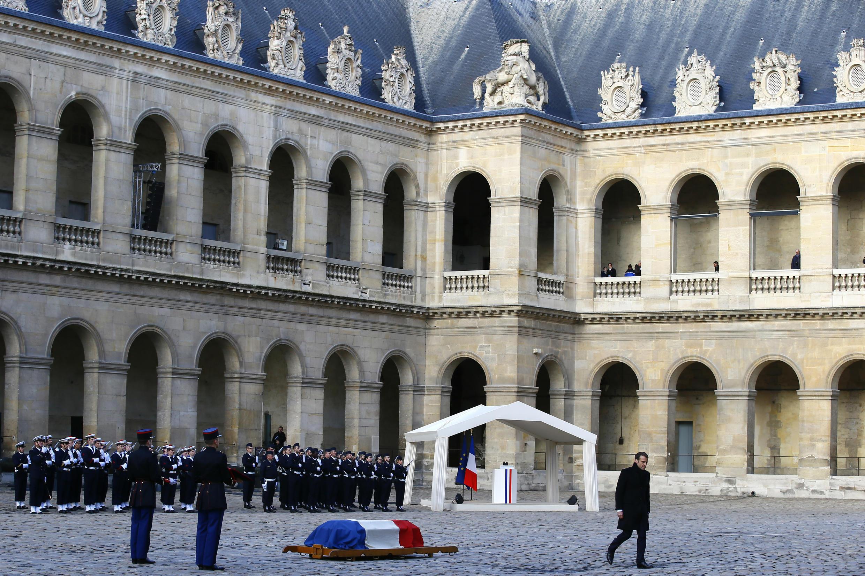 El presidente francés, Emmanuel Macron, ante el ataúd del fallecido miembro de la Academia Francesa, Jean d'Ormesson, durante una ceremonia de tributo nacional en los Invalidos de París el 8 de diciembre de 2017.