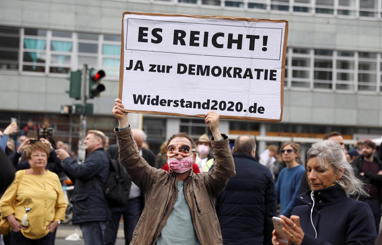 2020-04-25T143324Z_1105292929_RC2QBG98AJC1_RTRMADP_3_HEALTH-CORONAVIRUS-GERMANY-PROTESTS