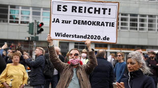 2020-04-25T143324Z_1105292929_RC2QBG98AJC1_RTRMADP_3_HEALTH-CORONAVIRUS-GERMANY-PROTESTS