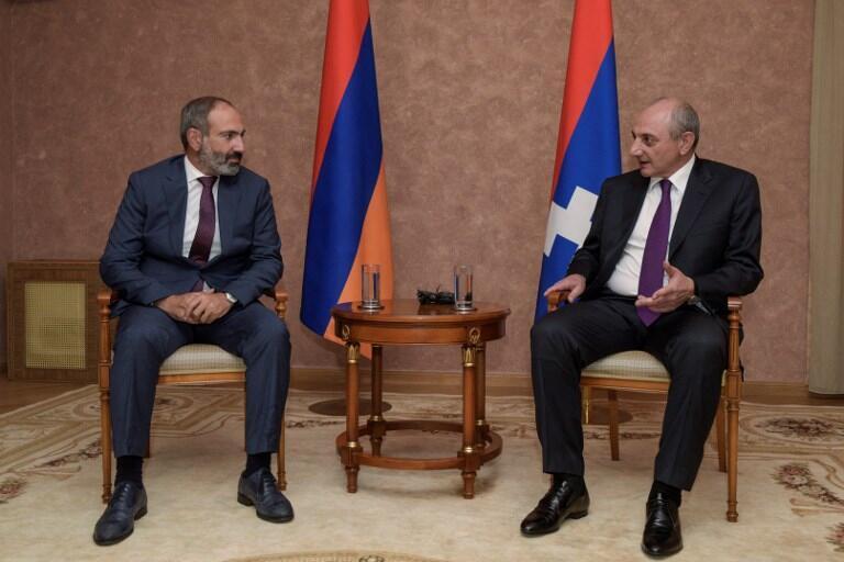 亚美尼亚新总理帕希尼扬(左)会晤上卡拉巴赫共和国领导,2018年5月9日于斯捷潘納克特