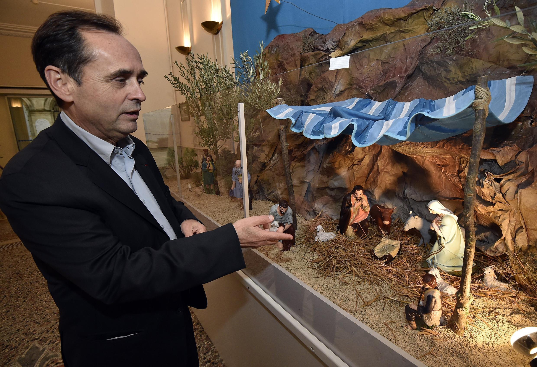 El alcalde de Béziers (Hérault), Robert Ménard defiende la instalación de un pesebre en su alcaldía.