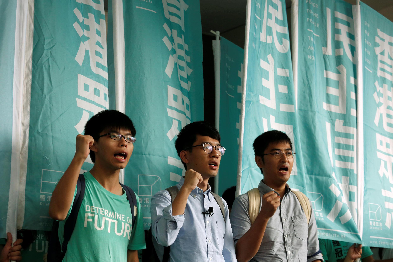 """2016年8月15日,香港三名""""雨伞运动""""领袖(左起)黄之锋,罗冠聪和周永康在香港某法院门前。"""