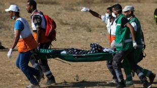 Un Palestinien blessé est évacué lors d'une «marche du retour» à la frontière entre Gaza et Israël, le 17 août 2018.