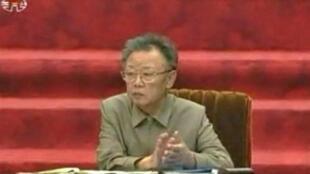 Photo de la télévision nord-coréenne prise le 9 avril 2009, montrant le président nord-coréen, Kim Jong-Il pendant une session du Parlement, à Pyongyang.