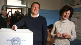 Matteo Renzi quando votava domingo em  Pontassieve, próximo de Florença, acompanhada pela sua esposa Agnese.04 de Dezembro  de 2016.