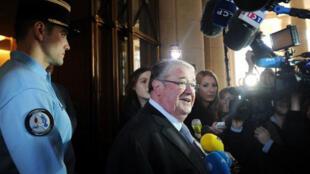 Daniel Vaillant mandaté par François Hollande au Conseil constitutionnel pour le dépôt des parrainages, ce vendredi 16 mars 2012.