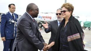 A presidente Dilma é recebida no aeroporto de Durban pelo ministro sul-africano de Obras Publicas, Thembelani Thulas Nxesi.