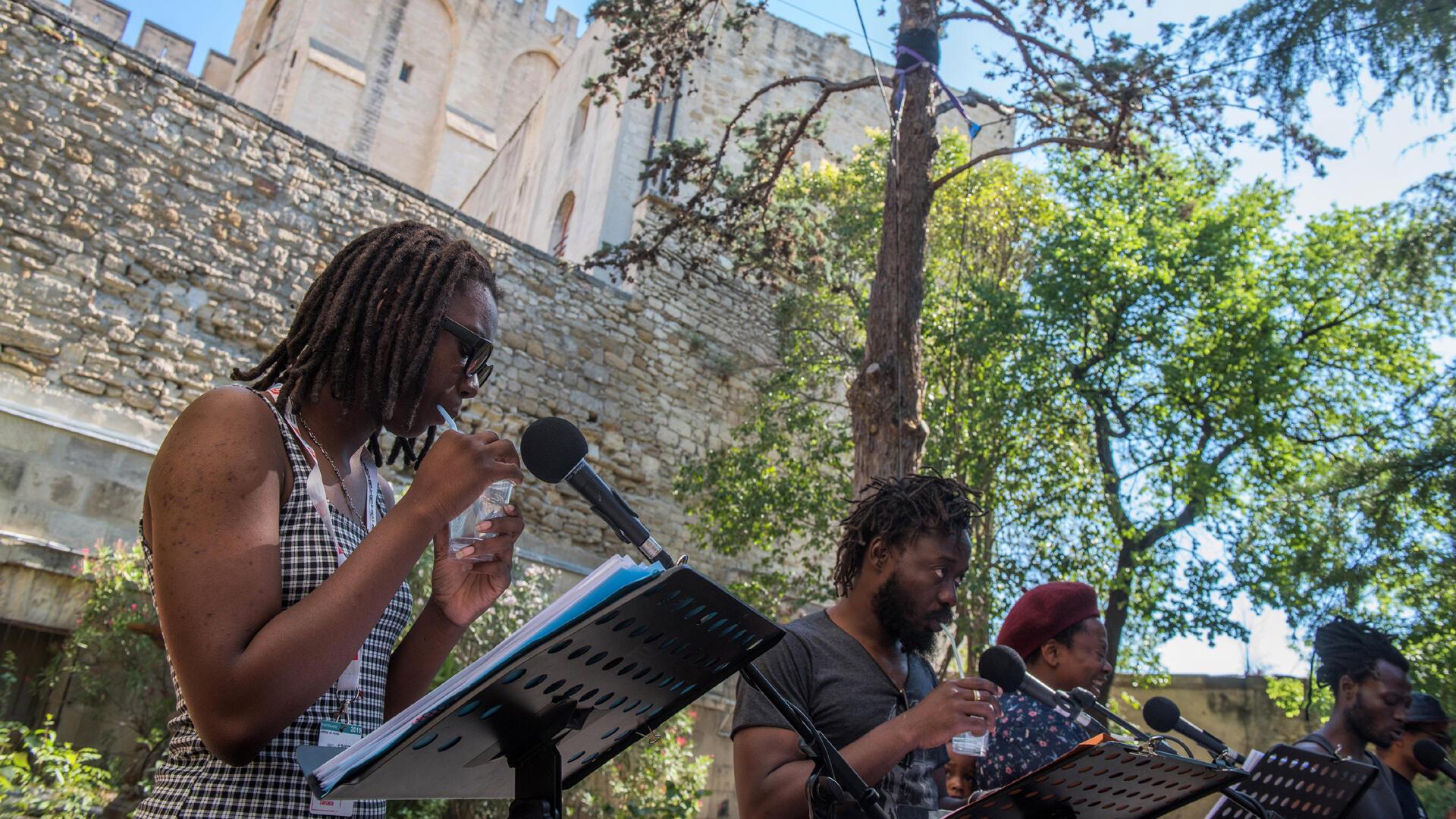 Louisia Niolo-Ame, Lamine Diarra et Alvie Bitemo. LES INAMOVIBLES de Sèdjro Giovanni Houansou. Ça va, ça va le monde! Festival d'Avignon 2019.