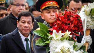 Thủ tướng Philippines Rodrigo Duterte (T) viếng mộ liệt sĩ vô danh, Matxcơva, 4/10/2019.