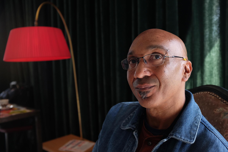 Le vidéaste plasticien haïtien Maksaens Denis.