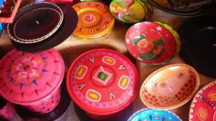 Des objets artisanaux fabriqués avec de la tôle de récupération.