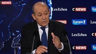 Chanceler Jean-Yves Le Drian em entrevista a três veículos de imprensa neste domingo (8)