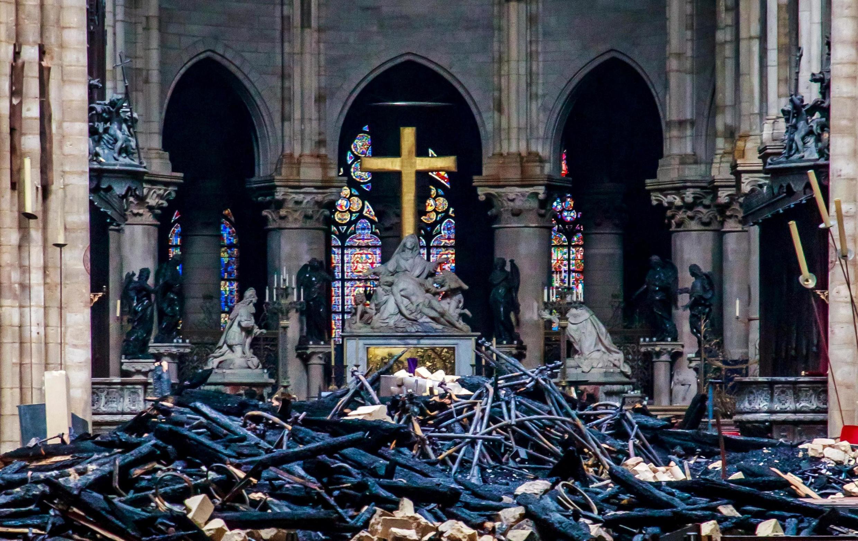 Остатки сгоревших сводов крыши внутри собора Парижской Богоматери