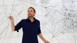 El artista argentino Tomás Saraceno en su instalació Webs of At-tent(s)ion en el Palais de Tokyo. Octubre de 2018.