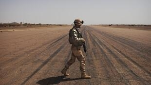 Un soldat français patrouille sur le tarmac de l'aéroport de Gao, dans le nord du Mali, le 9 mars 2013.