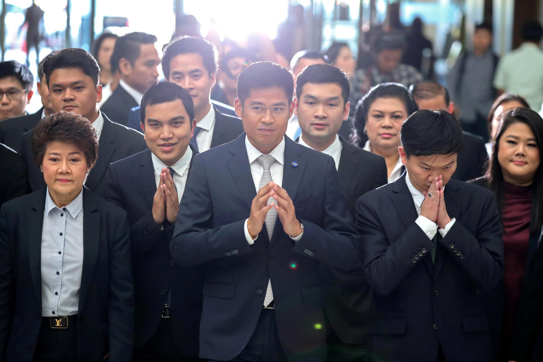 Lãnh đạo Preechapol Pongpanich của đảng Thai Raksa Chart và thành viên của đảng tại Tòa Bảo Hiến, ở Bangkok, ngày 07/03/2019.