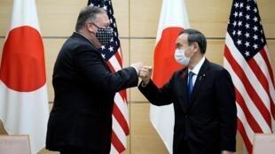 Mike Pompeo (izq) saluda con el puño al primer ministro japonés, Yoshihide Suga, antes de su reunión el 6 de octubre de 2020 en Tokio