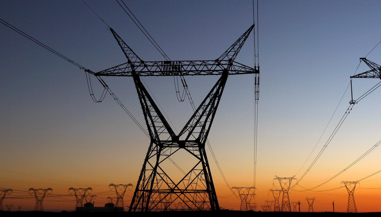 Des pylônes électriques qui transportent l'électricité d'une centrale nucléaire du Cap.