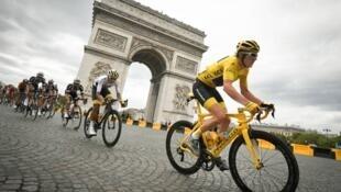 El vencedor de la edicion 105 del Tour de Francia , el galés Geraint Thomas, en su llegada triunfal a los campos Eliseos de Paris , el 29 de Julio de 2018.