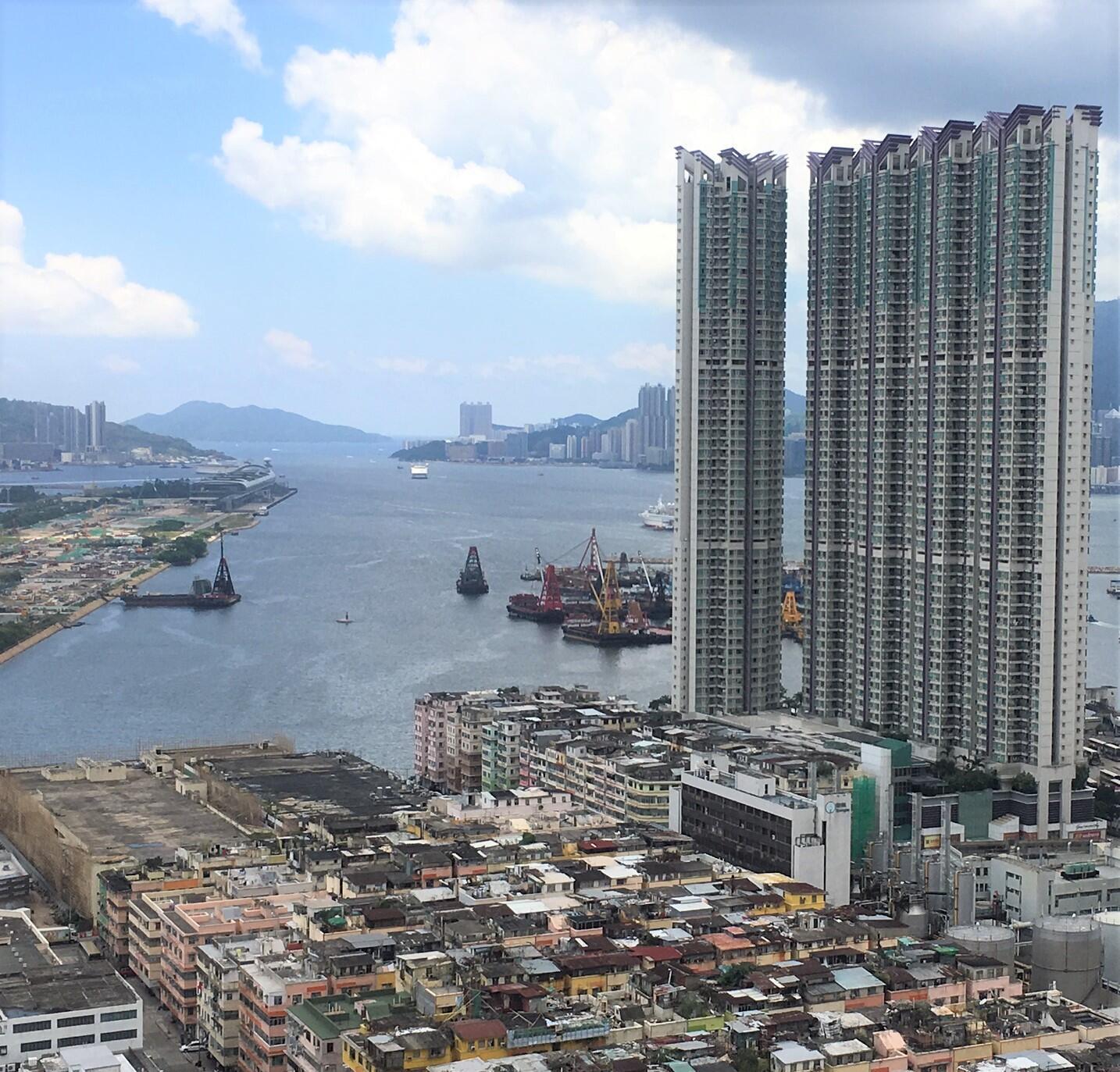 贫富悬殊的香港,光鲜的高楼大厦下便是低矮的旧楼。