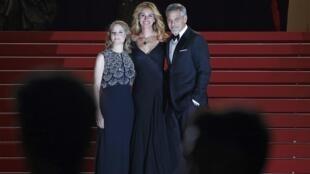 三大明星5月12日嘎納走紅地毯:新片『金錢怪獸』導演福斯特(左);演員羅伯茨(中)和克魯尼(右)