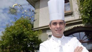 Benoît Violier in 2012 in front of his restaurant near Lausanne