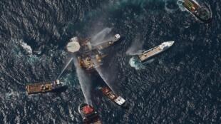 Los equipos de socorro intentado sofocar el incendio en el Golfo de México, 2 de septiembre de 2010.