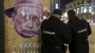 «Какая панама?» - плакат на автобусной остановке в Москве, 6 апреля 2016.