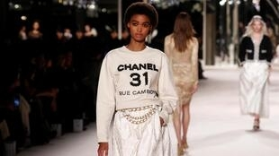 """Desfiles """"Métiers d'art"""" da Chanel apresentam peças que abusam dos bordados, rendas e outras técnicas artesanais."""