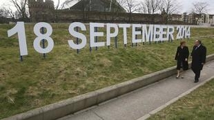 Alex Salmond, primer ministro escocés, y la diputada Nicola Sturgeon frente a un letrero con la fecha del referendo en Escocia.