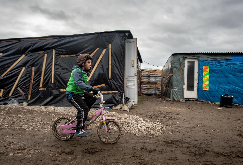 1 300 mineurs se retrouvent seuls, sans leurs proches, dans une jungle de tous les dangers à Calais.