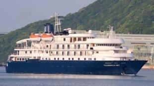 O navio de cruzeiro britânico, Caledonian Sky, se chocou contra um recife de coral na Indonésia.