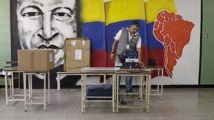 Funcionário prepara seção eleitoral, antes do início da votação na Venezuela neste domingo, 6 de dezembro de 2015.
