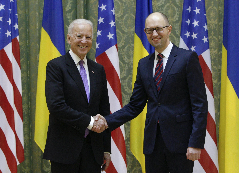 Biden (e) cumprimenta o primeiro ministro ucraniano Arseni Yatseniuk em Kiev