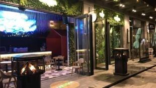 """O mineiro Leonardo Scarpelli e outros dois sócios brasileiros, são donos do """"Carioca Coffee"""", conceito do café, restaurante leve, com direito a água de coco e açaí, e bar para happy hour."""