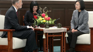 總統蔡英文(右)2020年1月12日在總統府接見美國在台協會台北辦事處處長酈英傑(William Brent Christensen)(左),蔡總統說,台美之間已從雙邊夥伴關係,升級為全球合作夥伴,未來會不斷加強台美在全球議題合作。