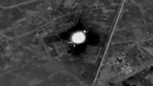 Imágen del video divulgado por el ministerio de Defensa de Rusia muestra un ataque contra una posición del EI realizada por los rusos el 11 de agosto 2016