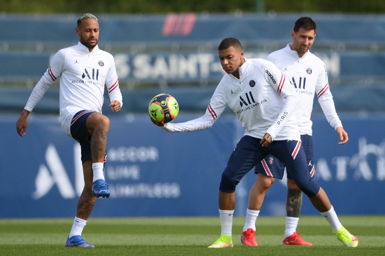 Les trois stars du PSG  Neymar, Kylian Mbappé et Lionel Messi à l'entraînement au Camp des Loges, à l'ouest de Paris, le 28 août 2021