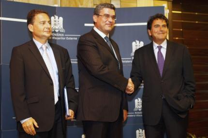 Bộ trưởng Ngoại giao Rumani (giữa) đang bắt tay Quốc vụ khanh phụ trách các vấn đề châu Âu Pierre Lellouche (phải) và Bộ trưởng Bộ Nhập cư Pháp Eric Besson (trái) trước khi hội đàm chính thức tại Bucarest ngày 9/9/2010.